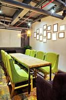 mpty mötesrum och konferensbord foto