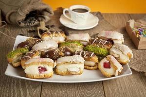 tysk efterrätt grädde tårta choklad, pistascher, banan, jordgubbar, vit choklad foto