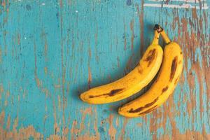 bananer på det rustika bordet foto