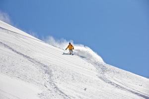 skidåkare i djupt pulver, extrem freeride