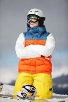 kvinnlig snowboardåkare mot sol och himmel