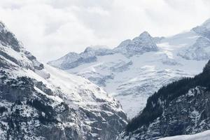 snöklädda berg i schweiziska alper foto