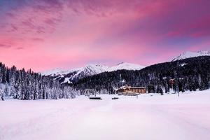 vacker soluppgång på skidorten Madonna di campiglio foto