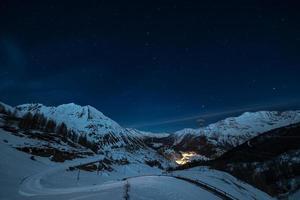 la thuile skidort på natten foto