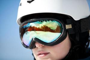 kvinnlig snowboardåkare mot sol och himmel foto