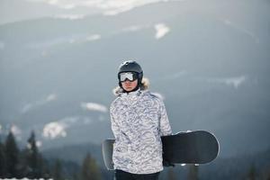 snowboardåkare mot sol och himmel foto