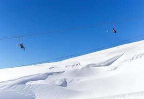 skidlift i skidorten högt i bergen foto