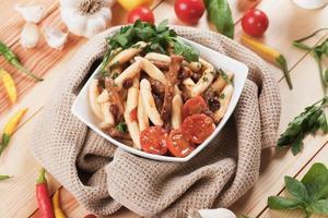 italiensk pasta med kött och tomatsås foto