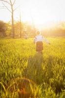 liten flicka springer foto