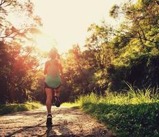 löpare idrottare springa på skogsstig. foto