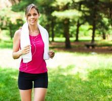 kvinna springer utomhus
