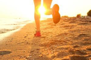 springer på stranden. foto