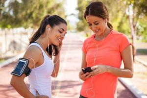löpare som delar musik foto
