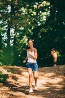 kvinna springer i parken