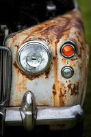 främre delen av rostig vintage bil foto