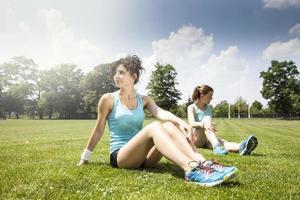 två unga flickor som steker innan en jogging foto
