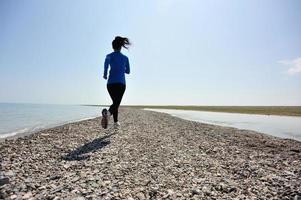 löpare idrottare springa vid havet foto