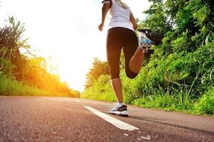 löpare idrottare kör morgon trail foto
