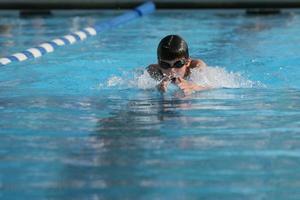 simning bröst stroke foto