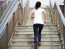 kvinna kör på sten trappor foto