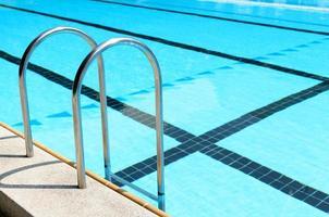 pool med trappa. foto
