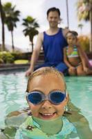 flicka simma i poolen foto
