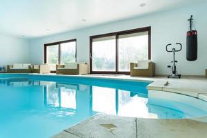 pool inne i dyra hus foto