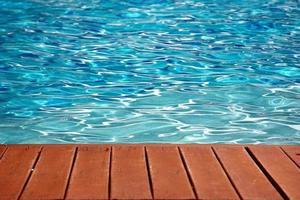 blå pool med trägolvband sommarlov foto