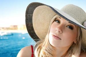porträtt av flickan i en hatt foto