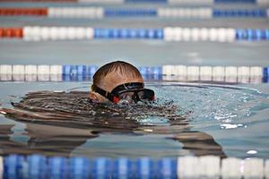 man undervisar dykning i poolen, badcoach