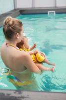 vacker mor och bebis vid poolen foto