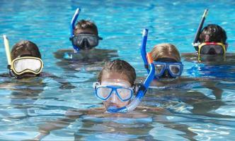 barn som snorklar tillsammans i poolen foto