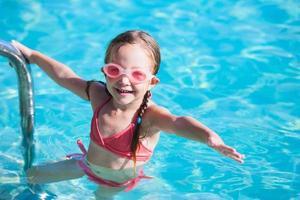 liten flicka vid poolen foto