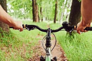 ridning på cykel foto