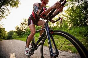 cyklist lyssnar musik på smart telefon foto