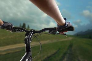 mountainbike cyklist cyklar på enstaka spår. foto