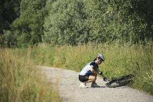 ung kvinna utbildning på mountainbike och cykla i park foto