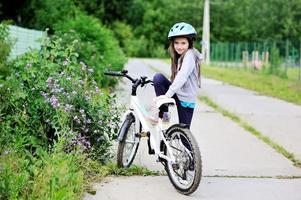 liten flicka på cykel