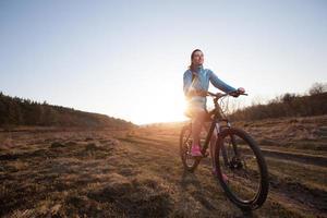 närbild av kvinna ridning mountainbike foto