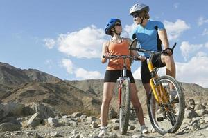 cyklist med cykel foto