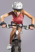porträtt av kvinnlig idrottsman nen ridning mountainbike foto