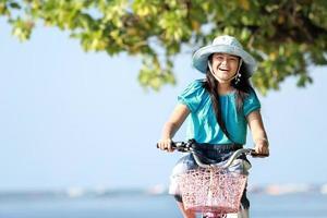 flicka ridning cykel utomhus foto