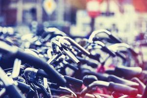 cyklar på parkering i Amsterdam foto