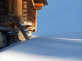 skidstuga i snön vid de österrikiska alperna