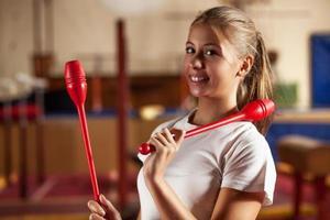 tonårsflicka på gymnastisk träning foto