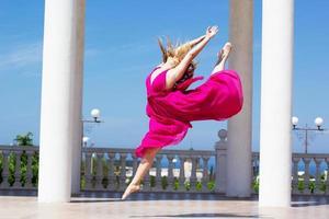 ung vacker flicka som gör gymnastik utomhus