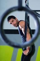 gym dip ring man träning på gymmet foto