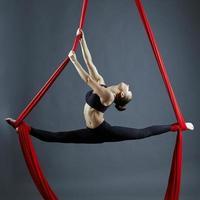 graciös gymnast som utför flygövning foto