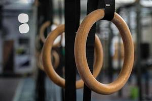 gymnastik ringar i gymmet foto