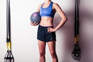 fit ung kvinna med medicin boll foto